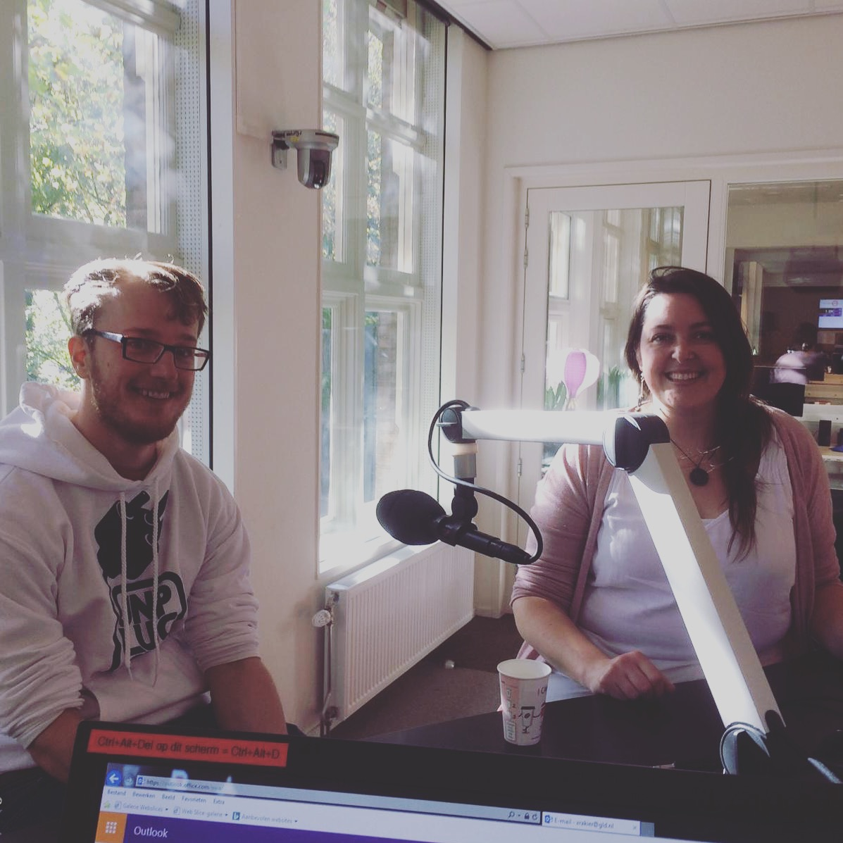 Bij Radio Gelderland in de studio