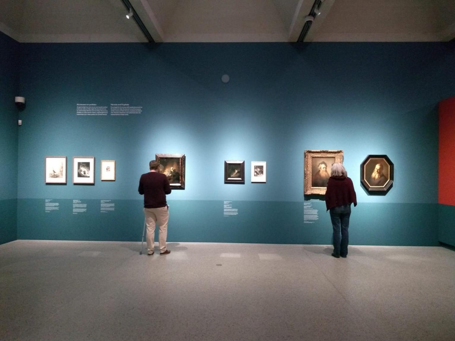 Prikkelarm bezoek bij het Rijksmuseum aan de Eregalerij. Twee personen in beeld die een schilderij bekijken.